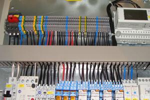 Электрик выполнил работы по подключению щитка