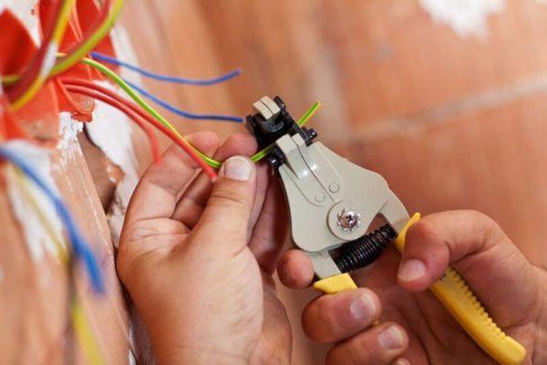 Вызвать электрика по месту жительства москва